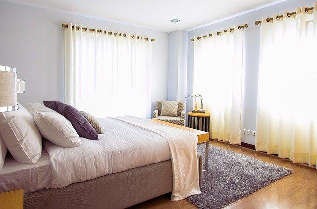 une belle chambre avec du papier peint bleu